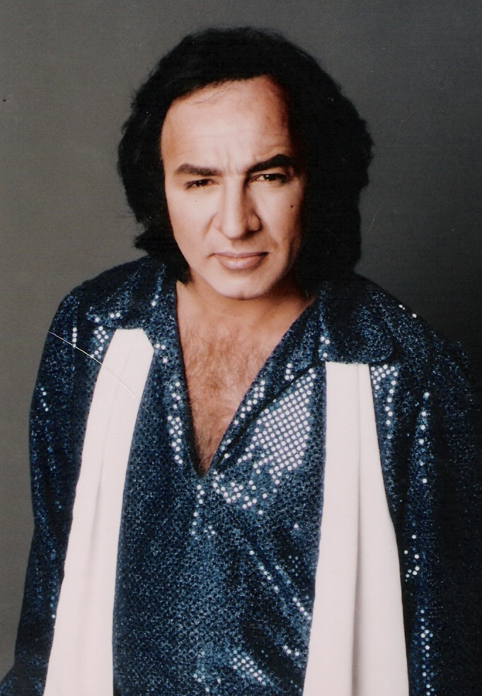 Tom Sadge in Jazz Singer Neil Diamond blue shirt