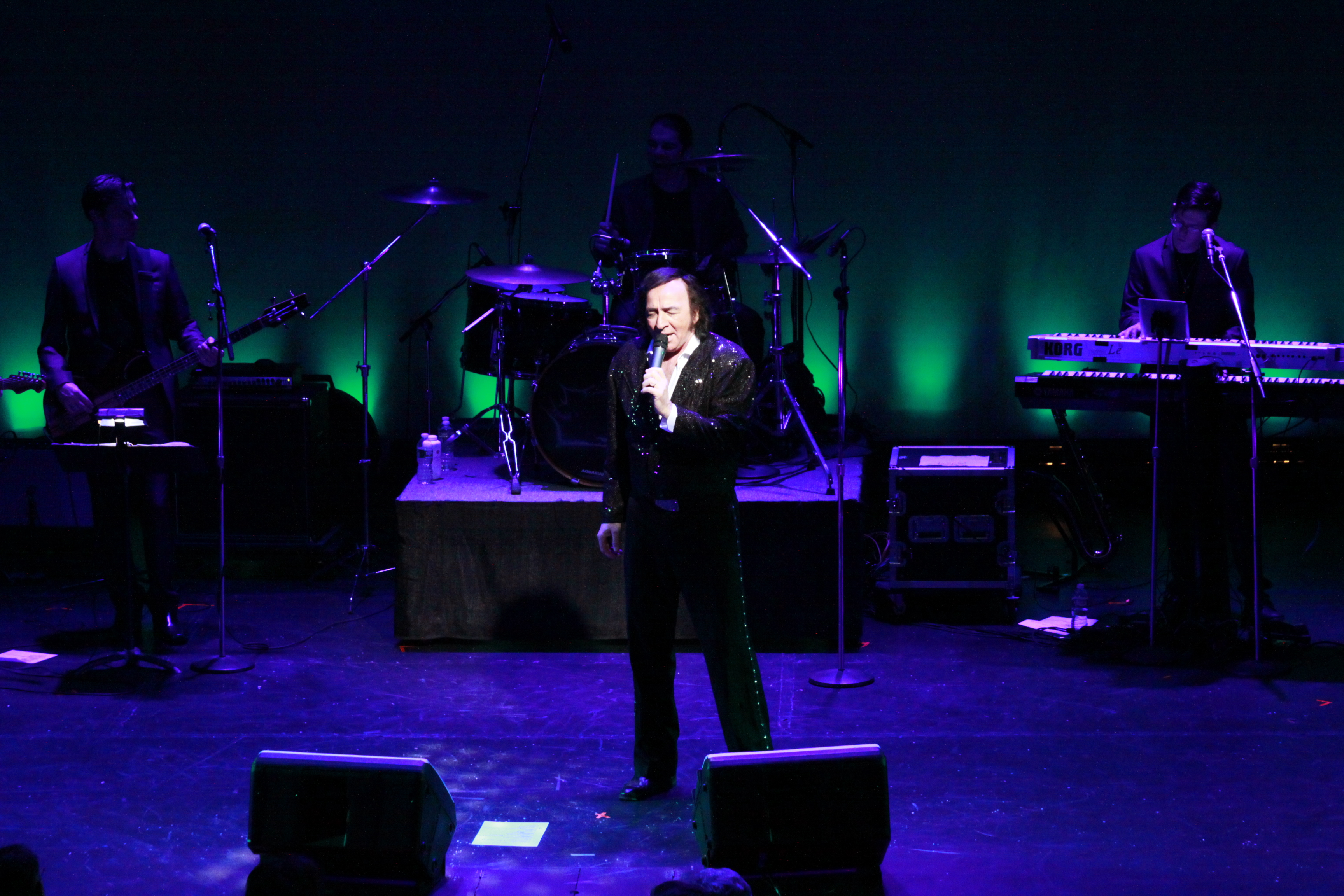 Tom Sadge as Neil Diamond onstage